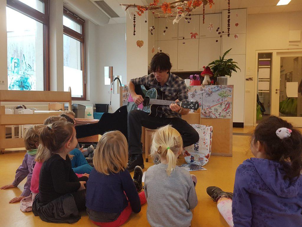 Foto muzikale workshop voor basisscholen gegeven door Muziekeducatie ROBB